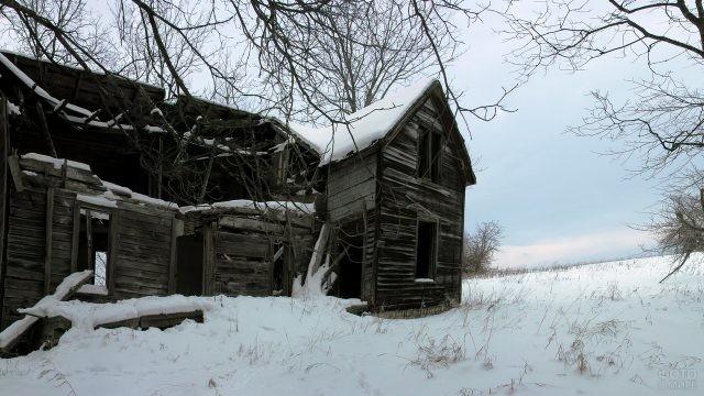 Заброшенная хижина в снегу