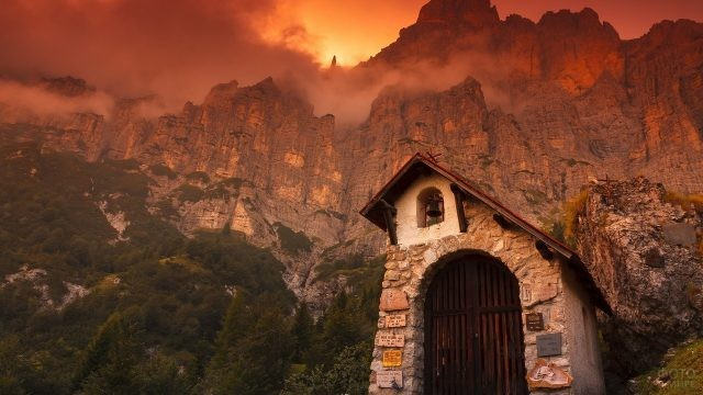 Заброшенная колокольня в горах