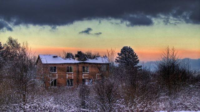 Заброшенный дом с разрушенной крышей