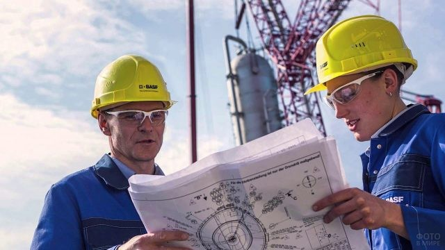 Два инженера обсудают проект