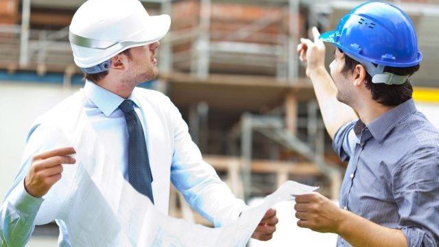 Инженер общается с подрядчиком