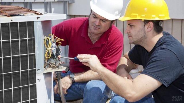Инженер-проектировщик с отверткой