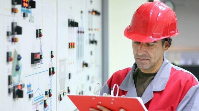 Инженер записывает данные на бумагу