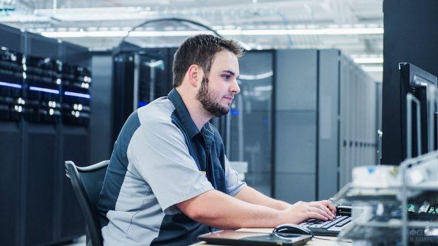 Молодой мужчина работает за компьютером