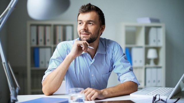 Мужчина с бородой размышляет над проектом