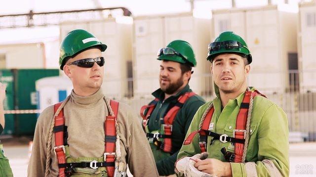 Команда строителей в спецодежде