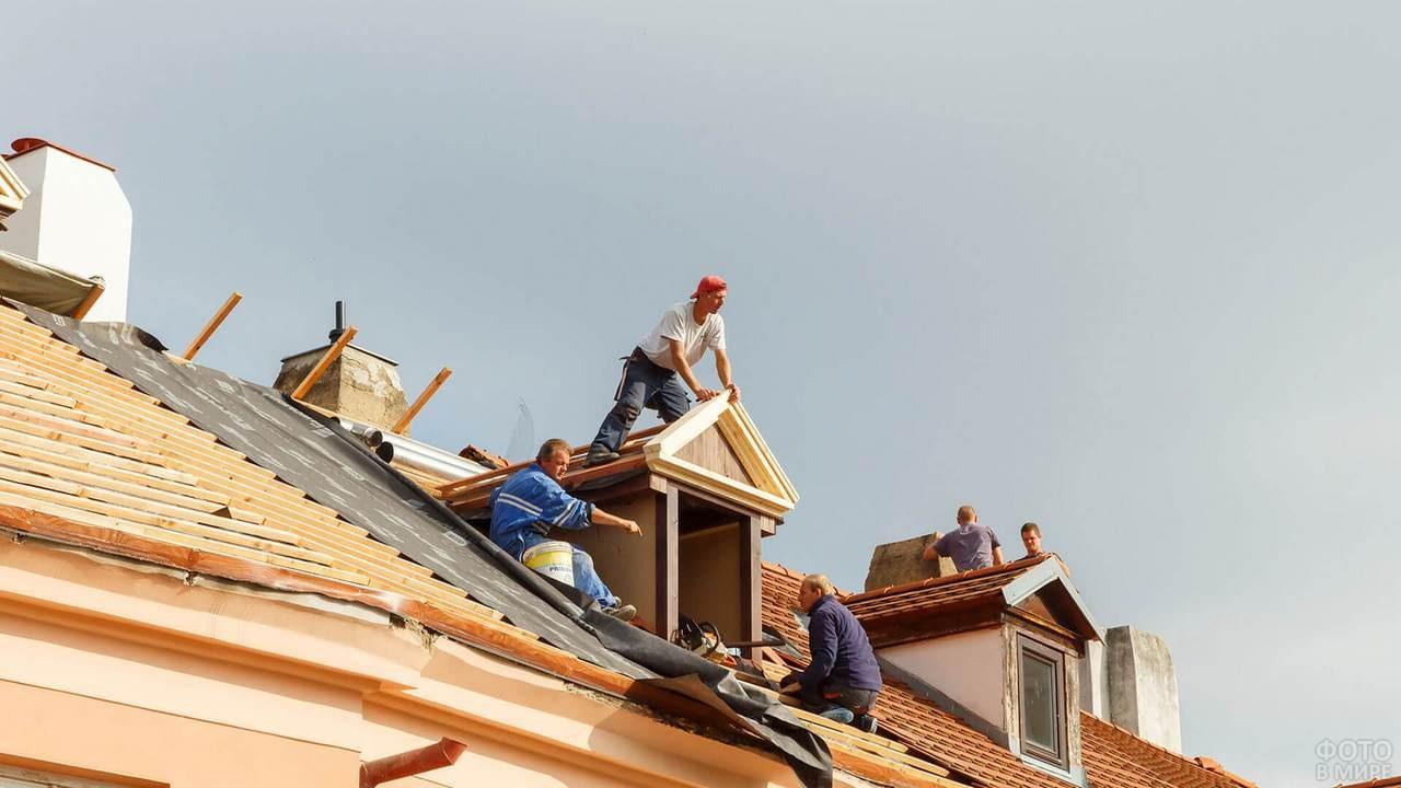 Строители делают крышу дома