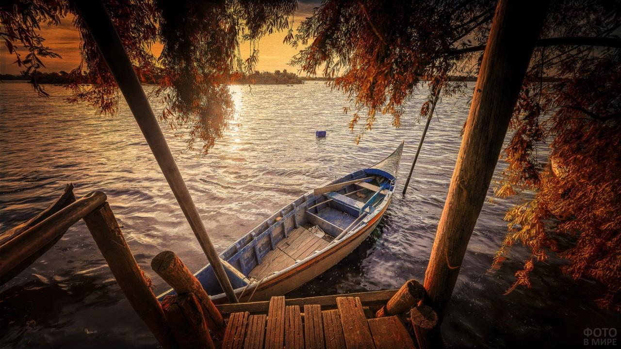 Деревянная лодка у старого причала