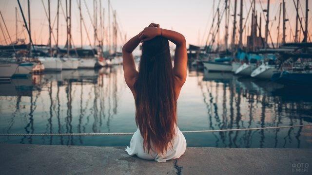 Девушка с длинными волосами у лодочного причала