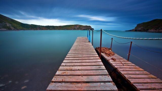 Двойной пирс на берегу спокойного залива