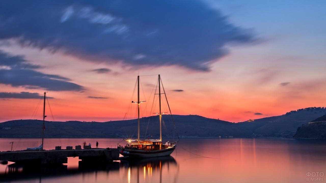 Яхта у ночной пристани