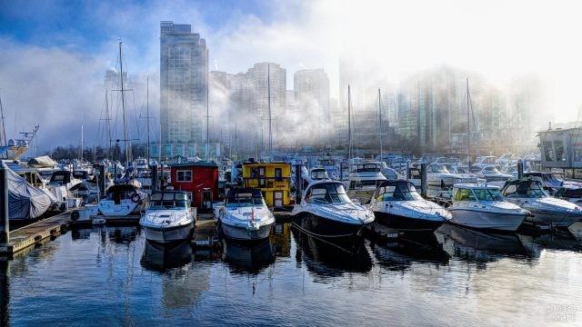 Лодки у туманной пристани
