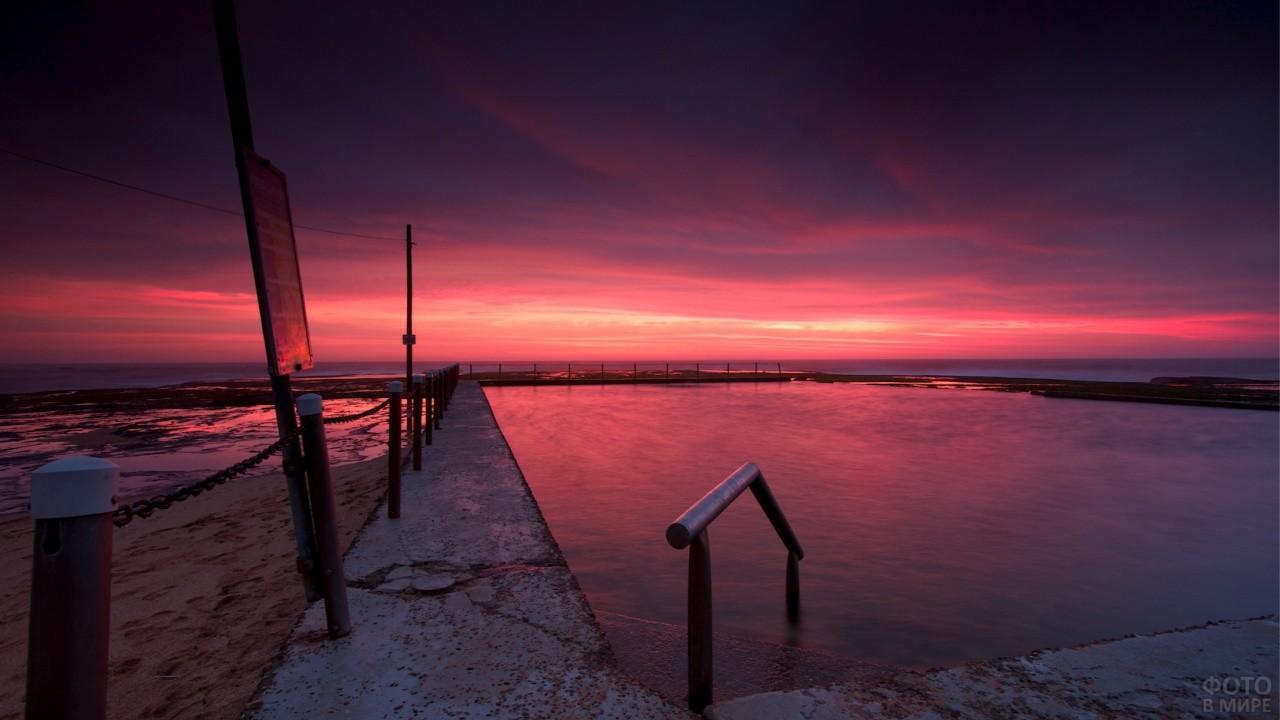 Малиновый закат на пристани