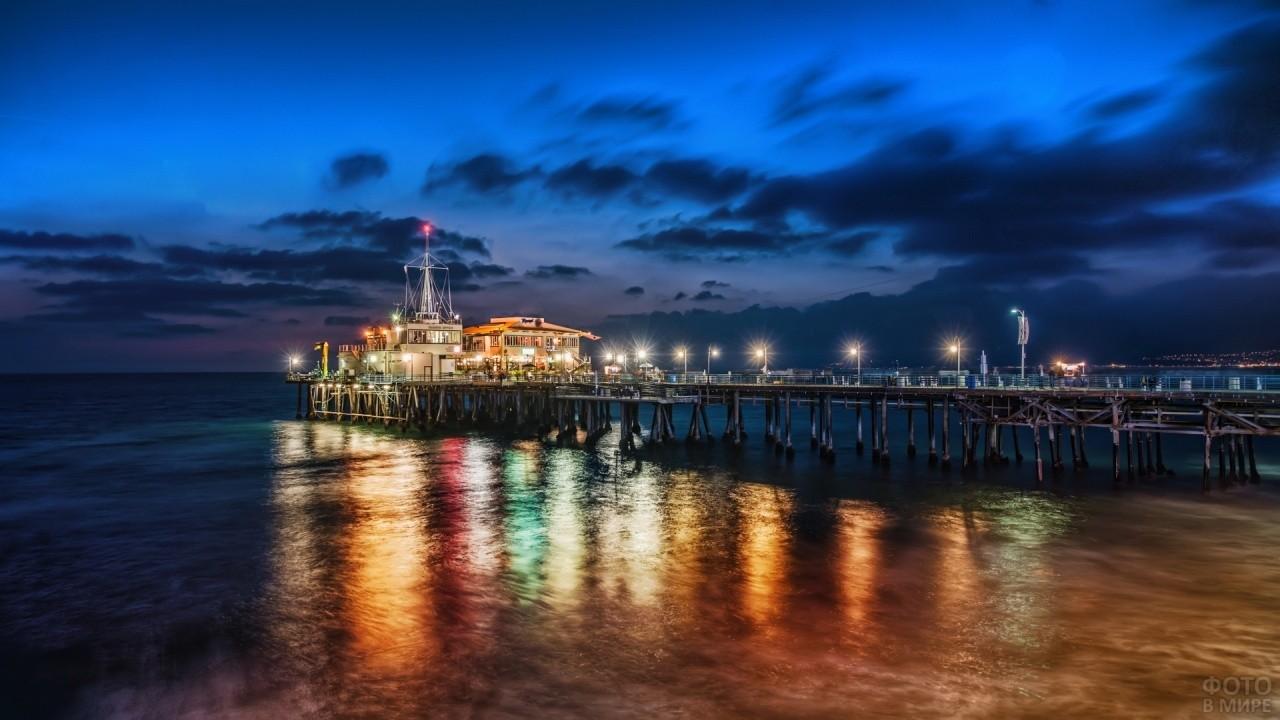 Ночная пристань с цветными огнями