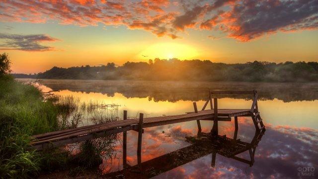 Одинокая пристань тихого озера