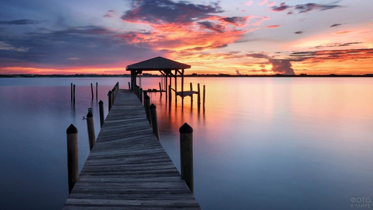 Покосившаяся пристань на фоне заката