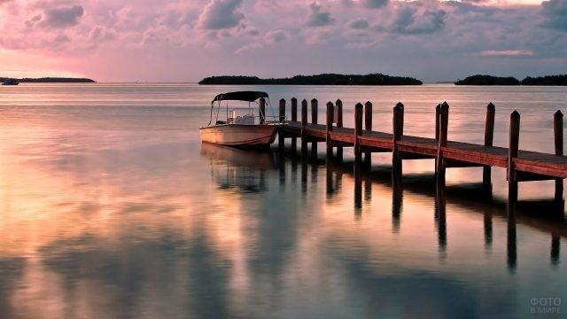 Пристань и лодка с навесом