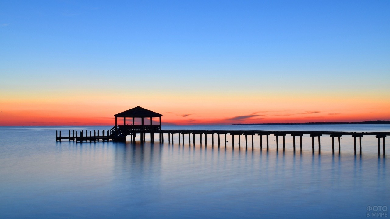 Пустая пристань на фоне заката