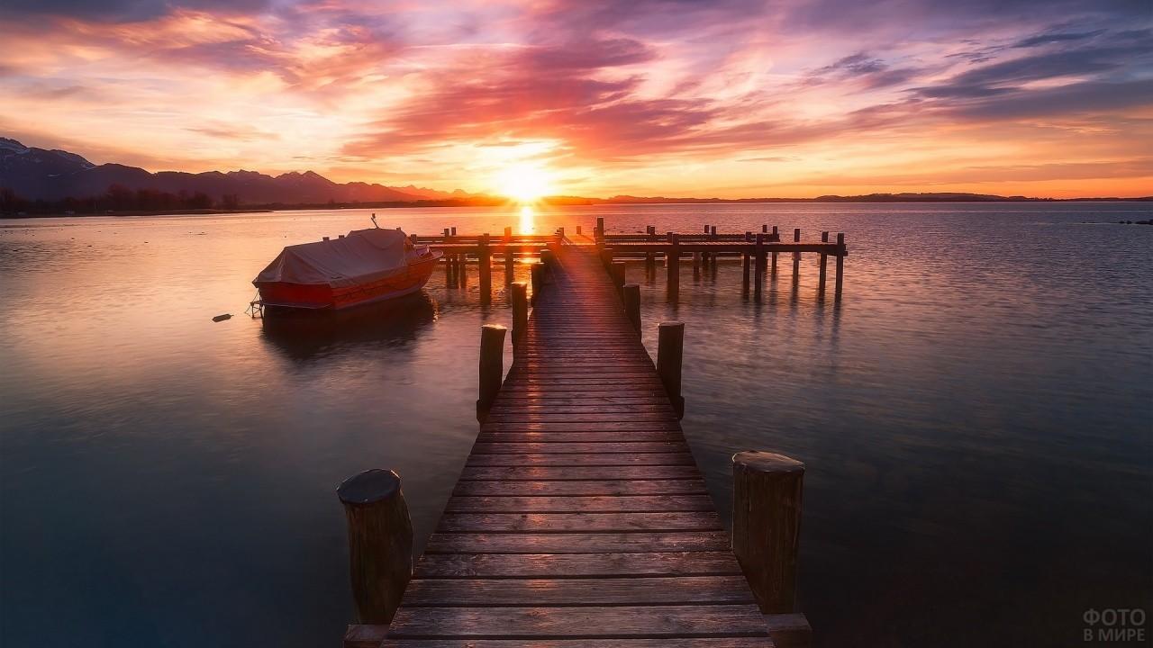 Рассвет над пристанью