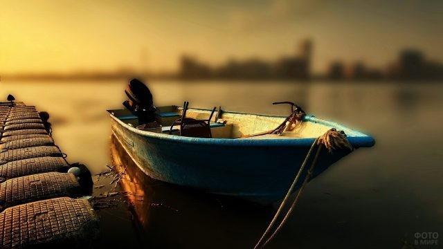 Старая лодка у причала