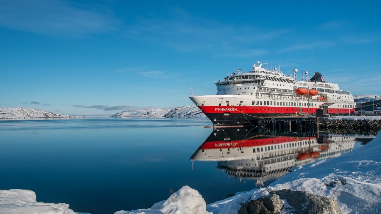 Теплоход у зимней пристани