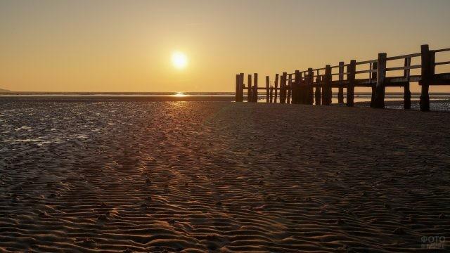 Волнистый песок у пристани