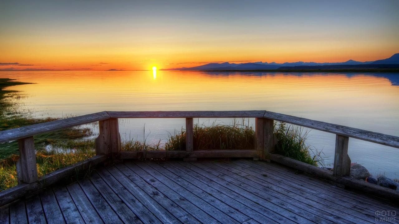 Замечательный вид с пристани на озеро