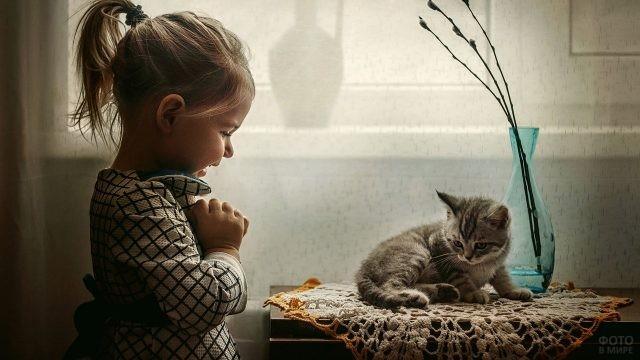 Девочка обрадовалась котёнку
