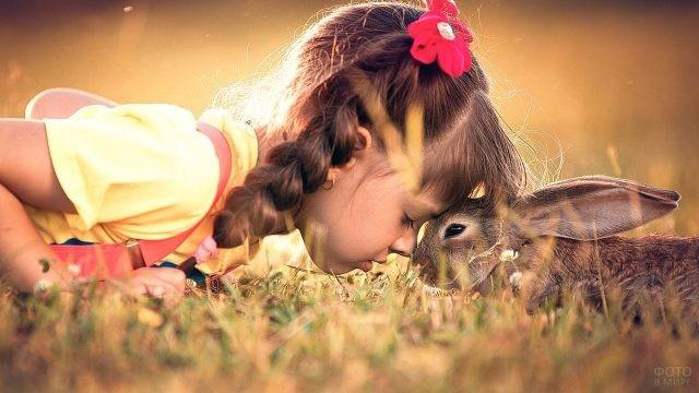 Девочка с зайчиком на траве