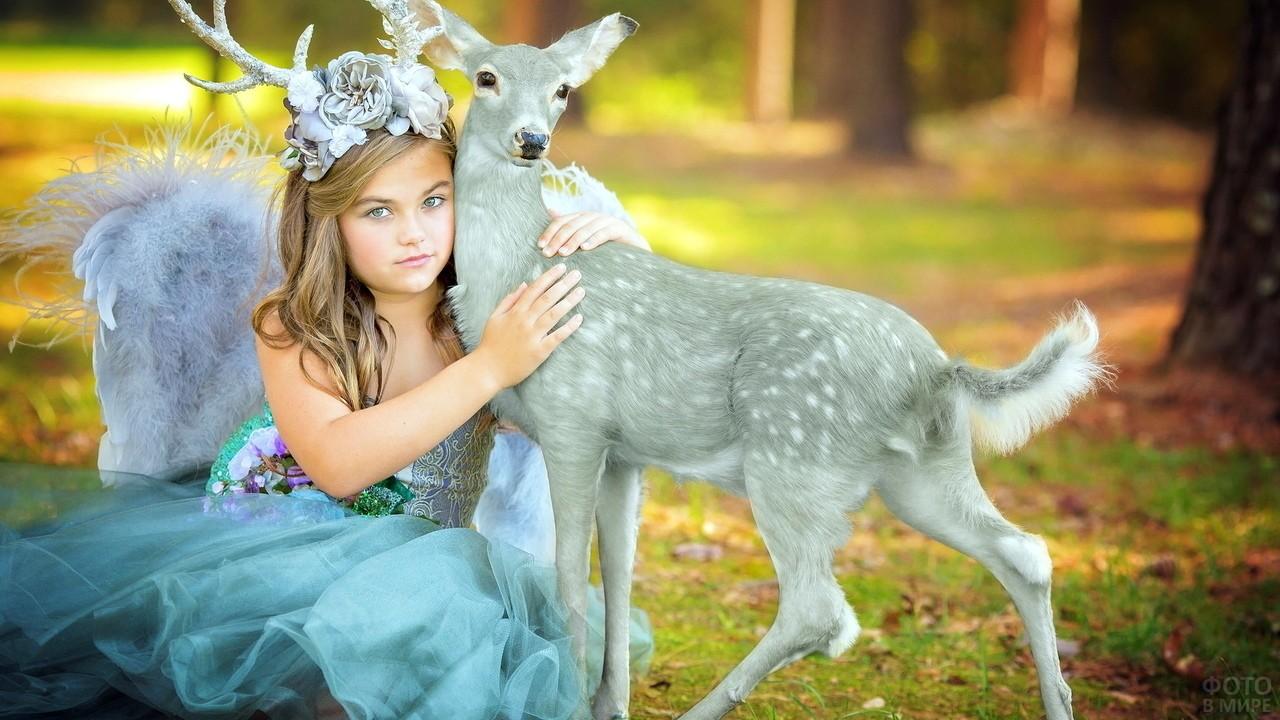 Девочка в лесу с оленёнком