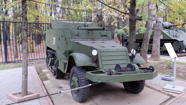 Броневик среди экспонатов музея военной техники на Поклонной горе