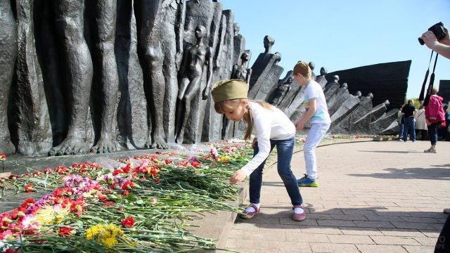 Дети возлагают цветы к мемориалу ВОВ в Парке Победы