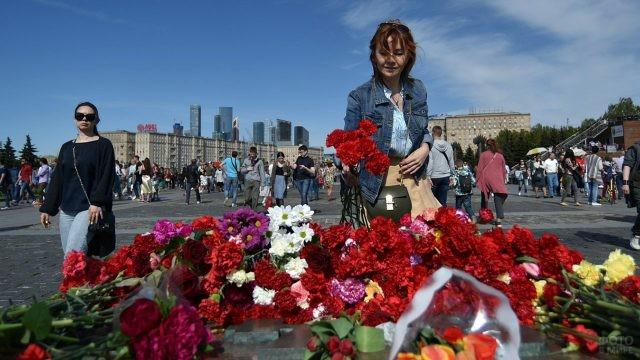 Девушка возлагает цветы к Вечному огню на Поклонной горе