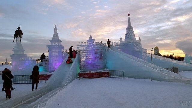 Ледяные горки и башни на предновогодней Поклонной горе