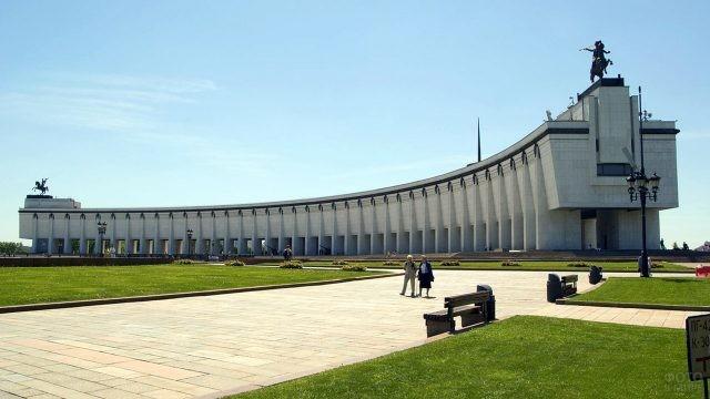Пенсионеры гуляют в Парке Победы перед Музеем Великой Отечественной Войны