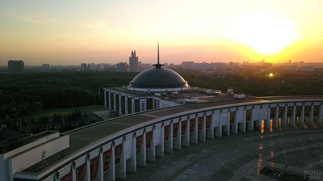 Поклонная гора на фоне заката над Москвой