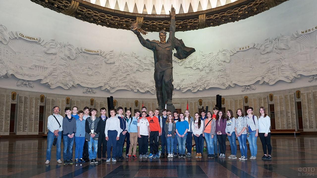Старшеклассники в зале Славы на экскурсии в Музее Великой Отечественной Войны