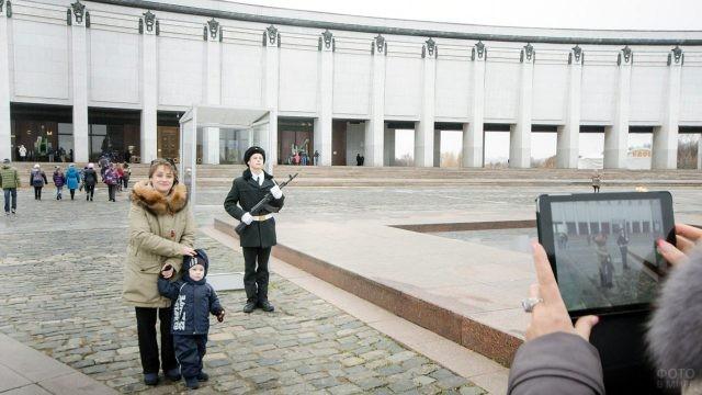 Туристы фотографируются с почётным караулом на Поклонной горе