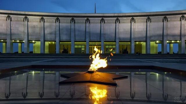 Вечный огонь в вечернем Парке Победы на Поклонной горе