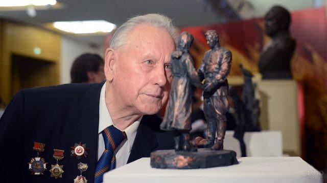 Ветеран рассматривает скульптуру в Музее ВОВ на Поклонной горе