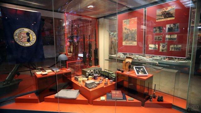 Витрина с экспонатами в Музее ВОВ на Поклонной горе