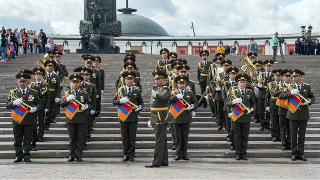 Выступление военного оркестра на Поклонной горе