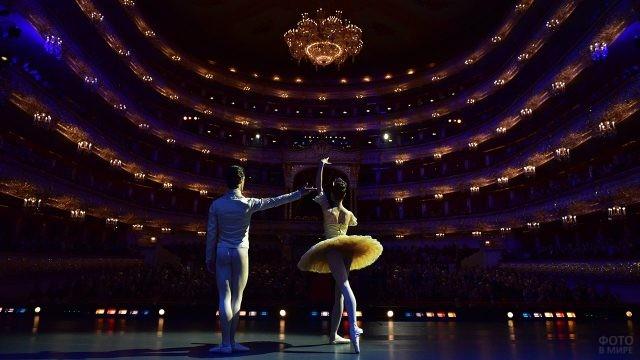Артисты балета на сцене Большого театра на фоне зрительного зала