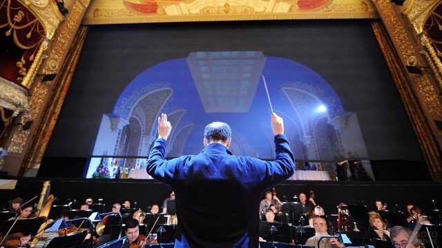Дирижёр в оркестровой яме перед сценой Большого театра