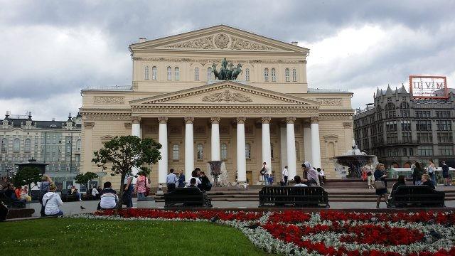 Гуляющие люди на площади Большого театра