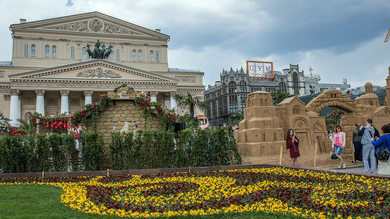 Инсталляции фестиваля Московская весна перед зданием Большого театра