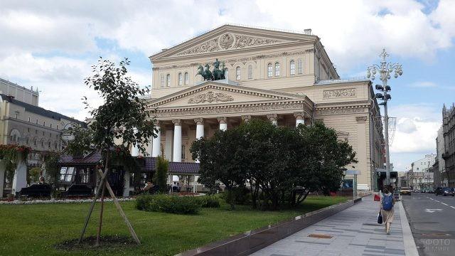 Летняя зелень на площади Большого театра