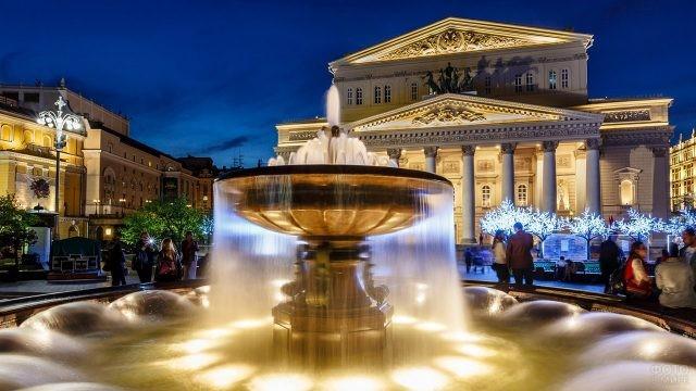 Ночная иллюминация фонтана у Большого театра