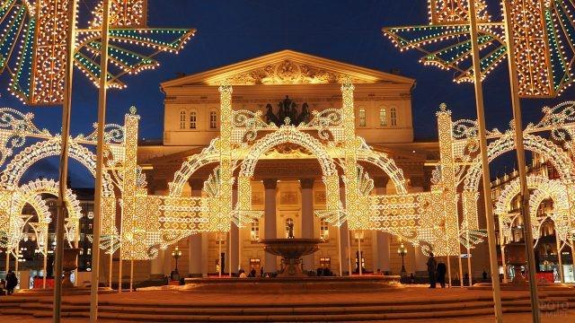 Новогоднее украшение Театральной площади перед зданием Большого театра