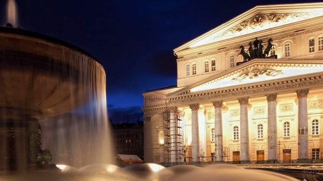 Панорама вечерней площади перед Большим театром